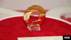 唐奖基金会在台北中正纪念堂的特展上展出唐奖奖章。(美国之音林枫拍摄)