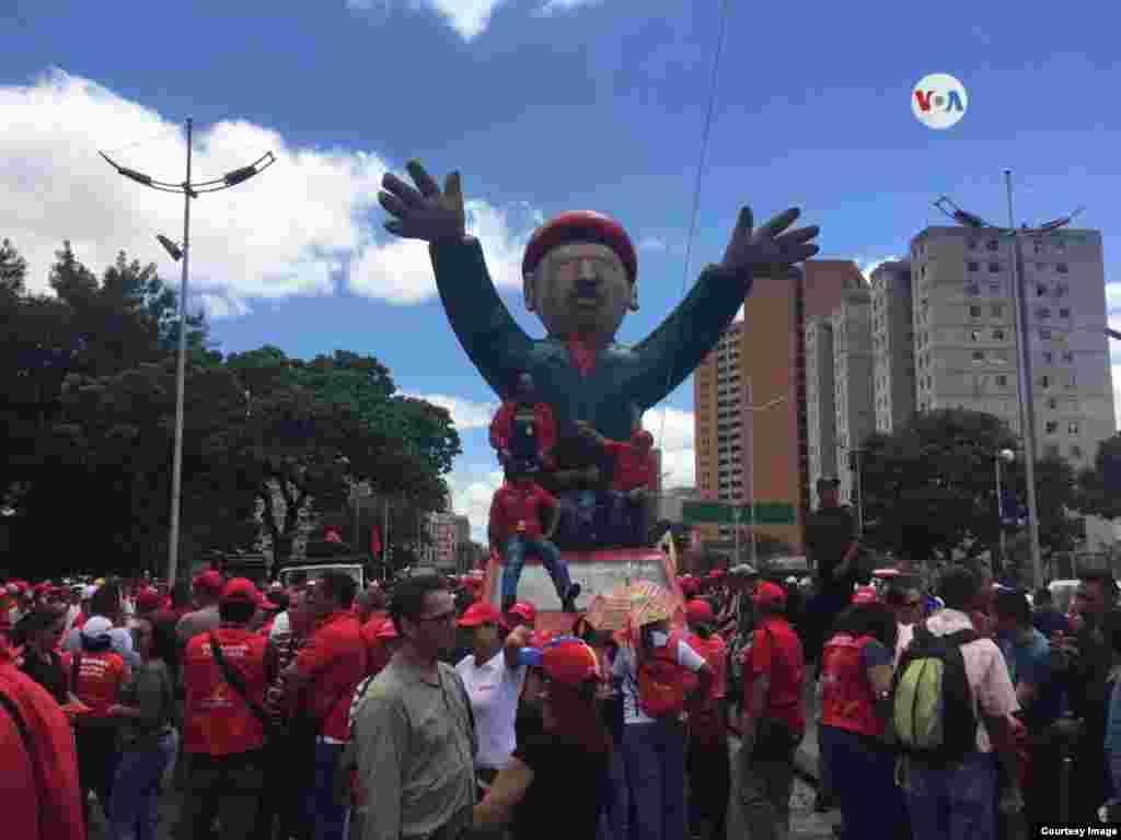 En Caracas, algunas personas demostraron apoyo hacia el gobierno en disputa de Nicolás Maduro, a través de marchas y mensajes en contra de la entrada de la ayuda humanitaria.