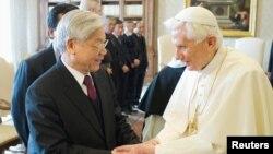 Đức Giáo Hoàng Benedicto XVI và Tổng bí thư đảng CSVN Nguyễn Phú Trọng tại Vatican, ngày 22/1/2013.