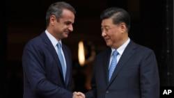 中國國家主席習近平(右)星期日抵達雅典,展開對希臘的國事訪問。在周一會見了希臘總理米佐塔基斯(Kyriakos Mitsotakis)(左),兩國簽署了諒解備忘錄。