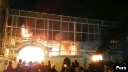 یکی از تصاویری که از حمله به سفارت عربستان در تهران در رسانه های ایران منتشر شده است