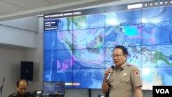 Kepala BNPB Willem Rampangilei sedang menjelaskan tentang hasil evaluasi bencana selama tahun ini, di kantornya, Rabu (19/12). (Foto: VOA/Fathiyah)