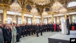 El presidente francés, Emmanuel Macron, en un encuentro con las brigadas y fuerzas de seguridad de los bomberos de París que participaron en las operaciones de extinción del incendio de la catedral de Notre Dame de París.