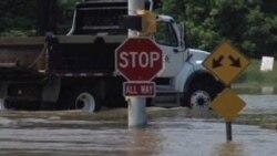 El servicio de tranvía quedó paralizado una hora debido a las inundaciones, y las carreteras alrededor de la ciudad quedaron sumergidas también.