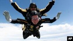 美国前总统老布什2009年庆祝85岁生日时的跳伞镜头(资料照片)