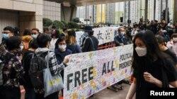 民众2021年3月1日在香港西九龙裁判法院外排队希望旁听庭审(路透社)