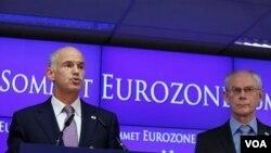 El primer ministro de Grecia, George Papandreou (izq.), habló durante una conferenca de medios el jueves, 21 de julio 2011.