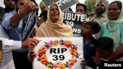 عراق میں داعش کے ہاتھوں قتل کیے گئے 38 بھارتی باشندوں میں سے ایک کی رشتے دار خاتوں امرت سر میں نعش کے انتظار کے دوران ماتم کر رہی ہے۔ 2 اپریل 2018