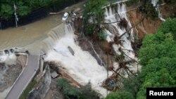 지난 23일 일본 키시와다 지역의 도로가 태풍 '란'이 몰고 온 폭우로 침수된 모습이다.