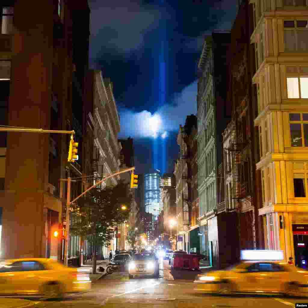 ستمبر 11 کے حملوں کی یاد میں ورلڈ ٹریڈ سینٹر کے مقام پر شمعیں روشن کی جا رہی ہیں