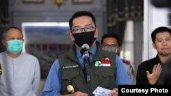 Gubernur Jawa Barat Ridwan Kamil dalam jumpa pers soal PSBB Bodebek di Gedung Pakuan, Kota Bandung, Minggu (12/4). (Courtesy: Humas Jabar)