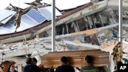 Petugas kota Amatrice, Italia tengah menyiapkan peti jenazah untuk upacara pemakaman para korban tewas akibat gempa (30/8).