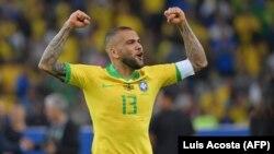 Dani Alves exulte après la victoire du Brésil sur le Pérou au stade Maracana de Rio de Janeiro, au Brésil le 7 juillet 2019.
