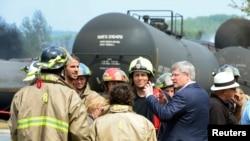 加拿大總理哈帕在火災現場與消防員交談
