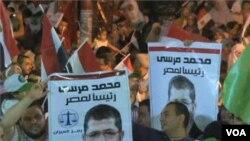 Para pendukung Mohammed Morsi merayakan kemenangan pilpres di Lapangan Tahrir, Kairo (24/6).