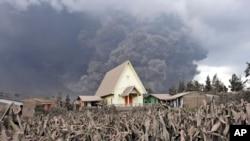 Núi Sinabung phun những đám mây khí nóng và tro bụi xuống làng Sibintun, Bắc Sumatra, Indonesia, ngày 6/1/2014.