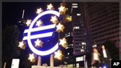 總部設在德國法蘭克福的歐洲央行外展示的歐元貨幣符號雕塑。