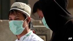 Dua orang jemaah Haji di Mekkah, Saudi Arabia, mengenakan masker untuk mengurangi kemungkinan terjangkit virus MERS (foto: dok).