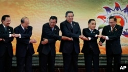 Brunei Sultan Hassanal Bolkiah, left, and other leaders of the Association of Southeast Asian Nations join their hands for a group photo section during the 22nd ASEAN Summit in Bandar Seri Begawan, Brunei, Thursday, April 25, 2013. They are, from left, Bo