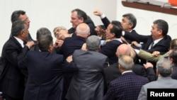 درگیری اعضای حزب جمهوریخواه مردم ترکیه با دیگر نمایندگان در پارلمان ترکیه - ۱۵ فوریه