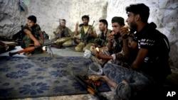 Para pemberontak Suriah tinggal di sebuah gua di pinggiran kota Jisr al-Shughur, provinsi Idlib.