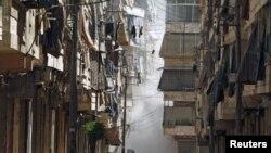 ຄວັນກຸ້ມຂຶ້ນ ຢູ່ຫວ່າງກາງອາຄານສອງຫລັງ ລຸນຫລັງທີ່ກໍາລັງທະຫານທີ່ຈົງຮັກພັກດີ ຕໍ່ປະທານາທິບໍດີ Bashar al-Assad ຍິງຖະຫລົ່ມໃສ່ເມືອງ Aleppo, ວັນທີ 31 ກໍລະກົດ 2012.