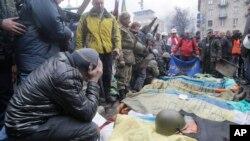 Para demonstran berdoa bagi rekan-rekan mereka yang tewas dalam penembakan di Lapangan Kemerdekaan di Kyiv, Ukraina (foto: dok).