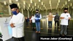 Gubernur Jabar Ridwan Kamil meninjau Masjid Al-Irsyad Kota Baru Parahyangan, Kabupaten Bandung Barat, dan melakukan simulasi shalat dengan protokol kesehatan, Sabtu, 30 Mei 2020. (Foto: Courtesy/Humas Jabar)