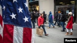 Los consumidores dieron un leve impulso a la economía estadounidense durante los últimos tres meses, promovido en parte, por las ventas y ofertas de fin de año.