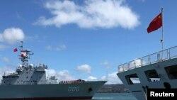 Hai tàu hải quân của Quân đội Nhân dân Trung Quốc tại căn cứ quân sự chung Chân Châu Cảng Hickam ở Hawaii của Mỹ để tham dự cuộc tập trận quân sự đa phương RIMPAC năm 2014. Quân đội Mỹ và Trung Quốc sẽ đồng tổ chức một sự kiện giao lưu y tế cho quân đội của các nước trong khu vực vào tháng 9 này.