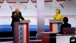 Les candidats démocrates Bernie Sanders et Hillary Rodham Clinton lors d'un débat des primaires présidentielles à l'Université de Wisconsin-Milwaukee, le 11 février 2016, à Milwaukee. (AP Photo/Morry Gash)