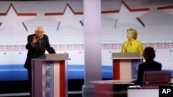 美国民主党总统参选人希拉里·克林顿和佛蒙特州联邦参议员伯尼·桑德斯2016年2月11日晚在威斯康辛州的密尔沃基的辩论会上。