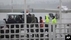 2016年3月19日俄罗斯紧急情况部队和警察驱车前往顿河河畔飞机失事现场
