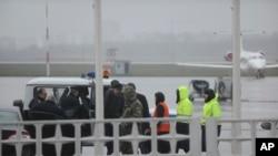 ေလယာဥ္ပ်က္က်ခဲ့သည့္ ရုရွားေတာင္ပိုင္းမွ Rostov-on-Don airport အနီး အေရးေပၚအေျခအေနျမင္ကြင္းကို မတ္လ ၁၉ရက္ေန႕က ေတြ႕ရစဥ္။ (AP Photo)