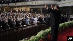埃及新任总统穆尔西2012年6月30日在开罗大学向民众挥手致意