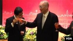 台湾副总统吴敦义(右)出席央广85周年台庆晚会(美国之音 莉雅拍摄)