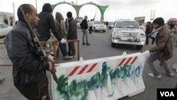 Rebèl libyen yo ki bloke yon wout nan wès fwontyè Ajdabiya, 1er avril 2011 la