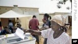 Uma eleitora angolana depositando o voto na urna durante as eleições parlamentares de 2008 (Foto de arquivo)