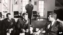 肯尼迪总统1962年在白宫会见军事官员,讨论U-2间谍机飞越古巴上空