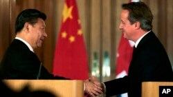 21일 영국 런던에서 시진핑 중국 국가주석(왼쪽) 데이비드 캐머런 영국 총리가 공동 기자회견을 가진 후 악수하고 있다.