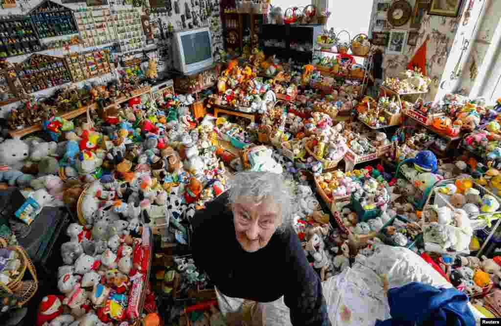 """""""کاترین بلومن"""" زن ۸۶ ساله بلژیکی در مدت ۶۵ سال اخیر بیش از ۲۰ هزار اسباب بازی و عروسک جمع کرده است."""