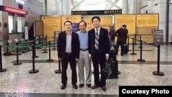 冯崇义(中)与律师陈进学(左)和刘浩(网络图片 )