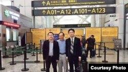 馮崇義(中)與律師陳進學(左)和劉浩(網絡圖片 )