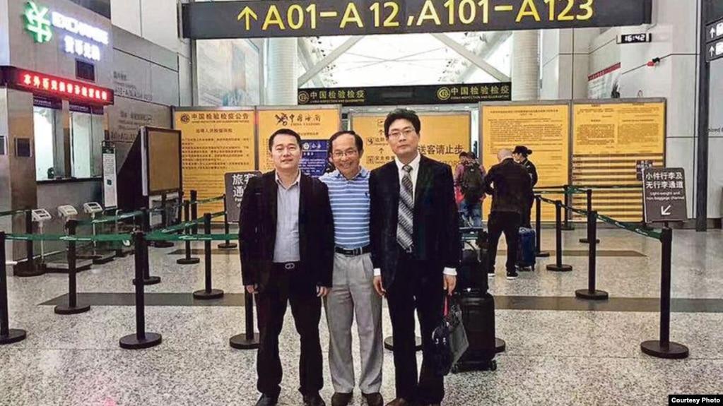 馮崇義(中)與律師陳進學(左)和劉浩(網絡圖片)