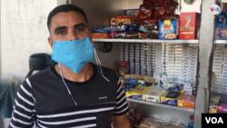 Luis García, vende cigarros y confituras en Maracaibo, Venezuela [Foto: Gustavo Ocando Alex, VOA].