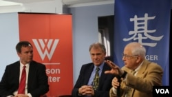 2018年3月26日,威爾遜中心基辛格中美關係研究所舉行《戰爭的中國》新書發布會。從左至右:基辛格中美關係研究所主任戴博(Robert Daly),書籍作者、劍橋大學歷史系教授方德萬(Hans van de Ven),前美國駐華大使芮效儉(J. Stapleton Roy )。 (美國之音于盟童拍攝)