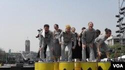 总统府前核灾痛苦活报剧(美国之音申华拍摄)