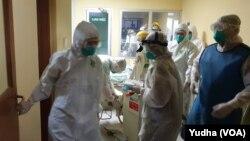 Simulasi penanganan pasien terjangkit virus corona n-CoV 2019 di RS Dr. Moewardi Solo, Jumat, 31 Januari 2020. (Foto: VOA/Yudha)