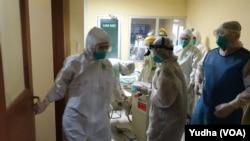 Simulacija kako postupati sa pacijentima koji su zaraženi koronavirusom, Foto: (ilustracija), (Foto: VOA/Yudha)