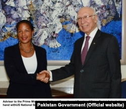Advisor to the Prime Minister on National Security and Foreign Affairs, Sartaj Aziz shake hand with U.S. National Security Advisor Susan Rice in Islamabad, Pakistan, Aug. 30, 2015.